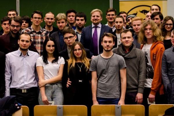 Grupowe zdjęcie uczestników prelekcji Víta Jedlička w Poznaniu